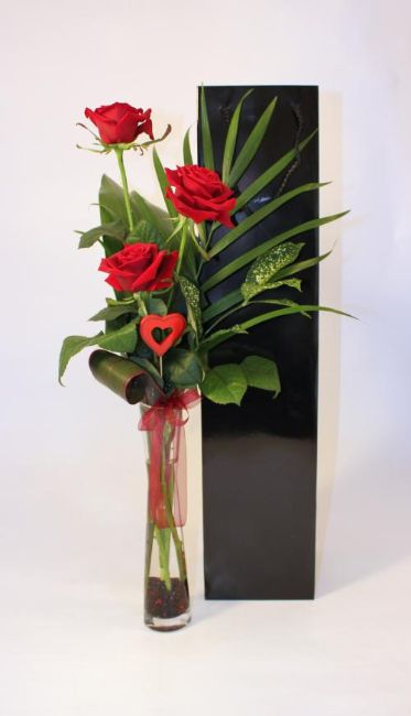 trio of luxury red roses
